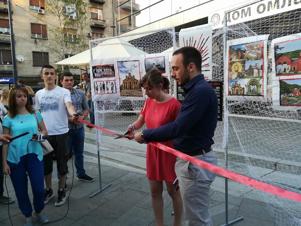 Omladina Dveri i DSS održala performans 'Merdita, laku noć'