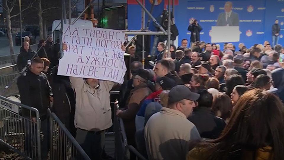 Odbornik Dveri priveden zbog transparenta na skupu u Boru