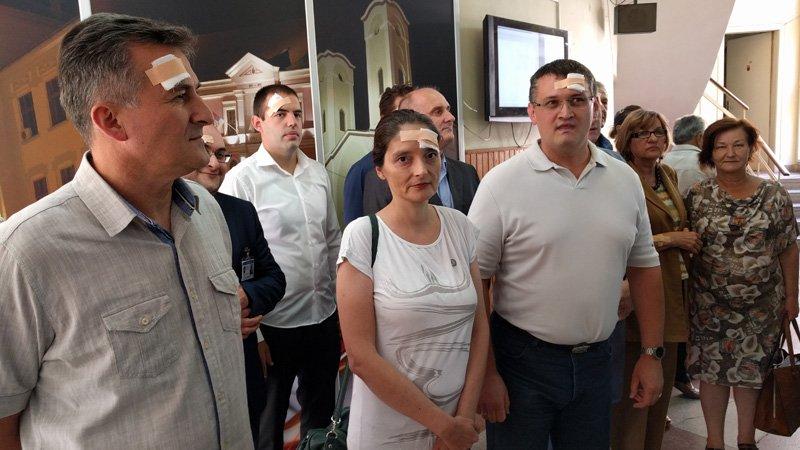Odbornici Dveri Čačka na sednicu došli sa flasterom na glavi