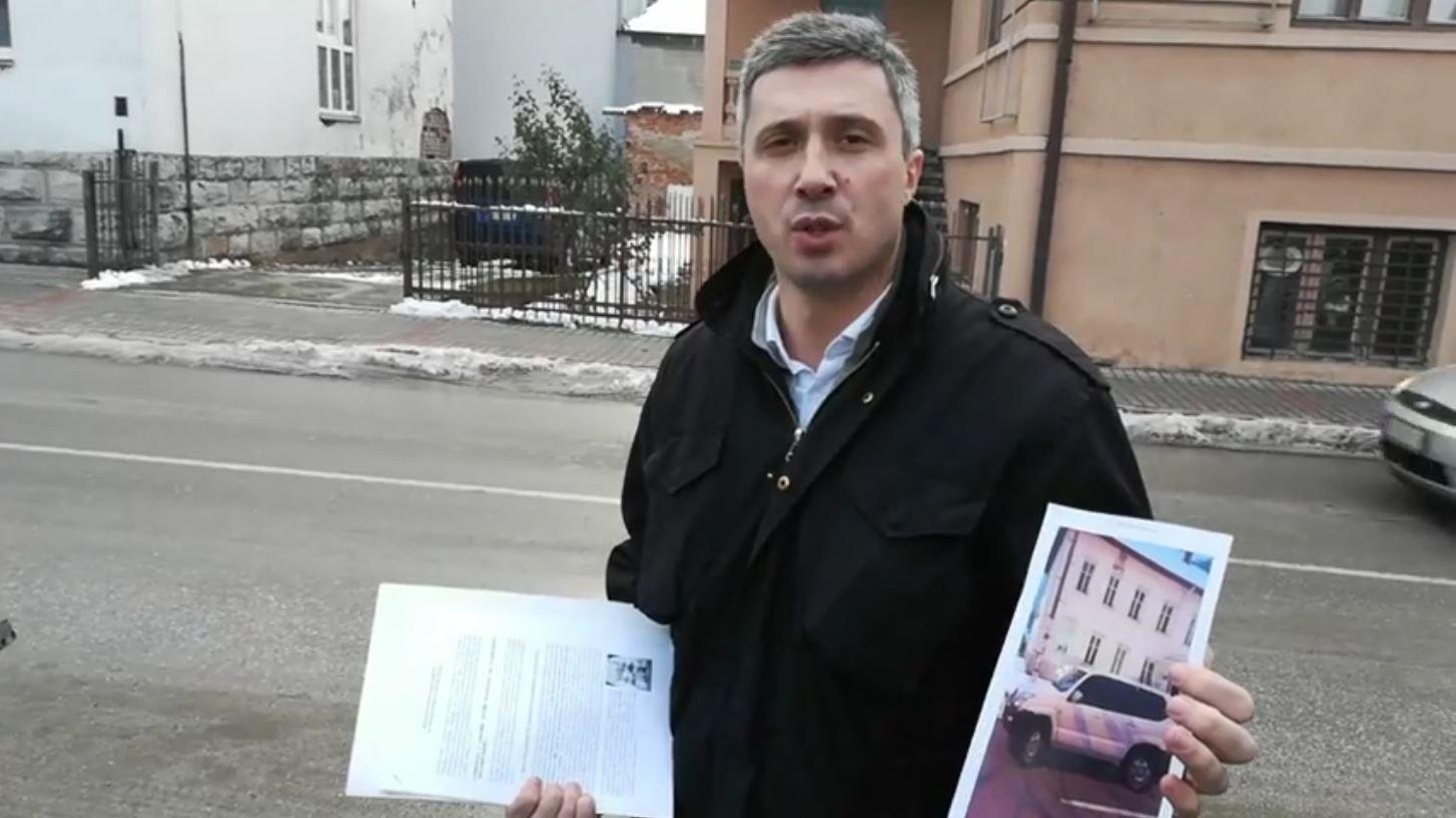 """Obradović došao pred policiju s kolima bez tablica, predao im """"Belu knjigu"""""""