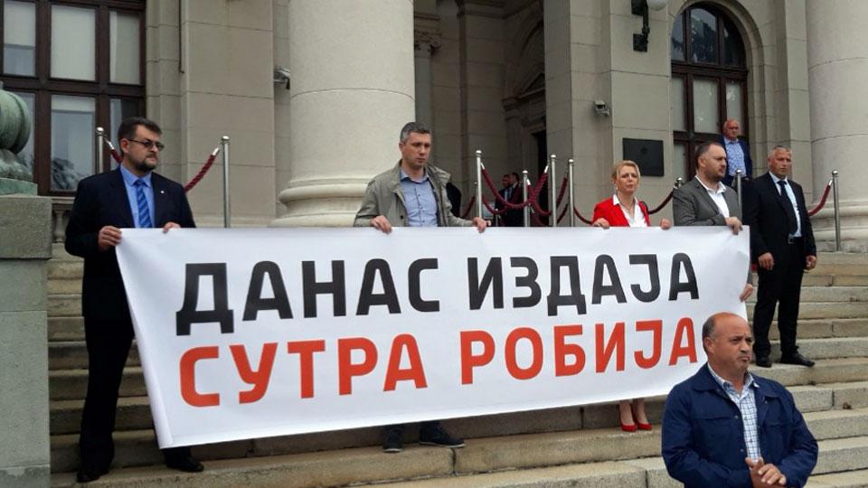 Poslanici Dveri sa transparentom 'Danas izdaja, sutra robija' ispred Skupštine